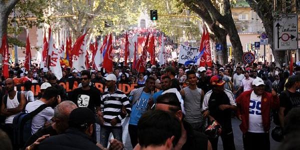Binlerce Kişi Roma'da Sokaklara Döküldü