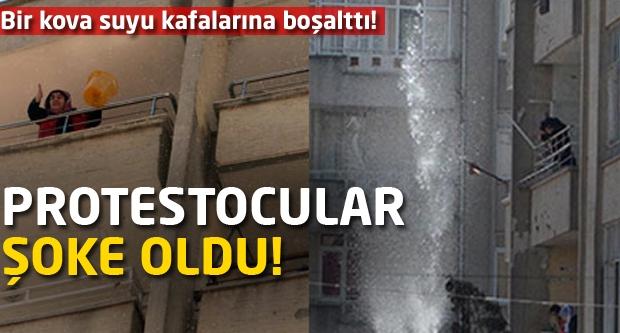 Bir kova suyu kafalarına boşalttı! Protestocular şok oldu!