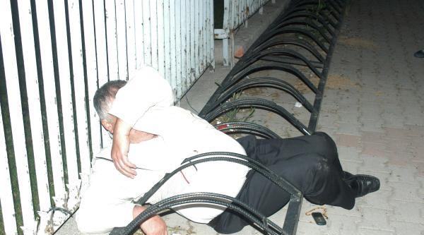 Bisikletlerin Park Edildiği Demirlerin Arasına Sıkıştı