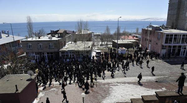 Bitlis'in Ahlat İlçesi'nde Bdp Seçimi Kaybedince Olaylar Çikti (fotoğraf)