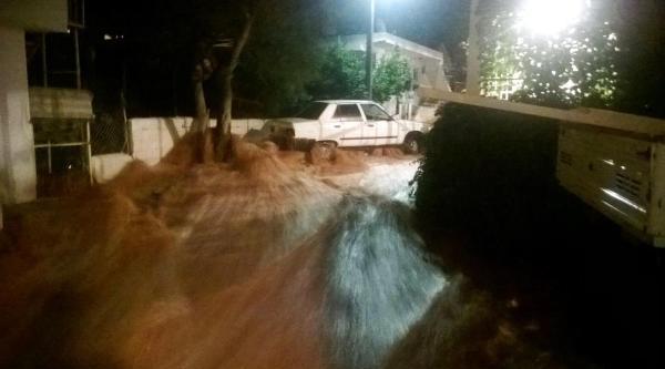 Bodrum'da Boru Patladı, Ev Ve İşyerlerini Su Bastı