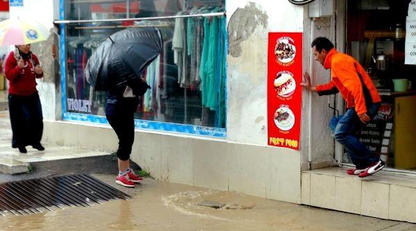Bodrum'da Sağanak Yağmur Ve Rüzgar Etkili Oldu