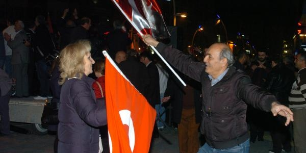 Bolu'da 10 Bin Kişi Bayraklarla Yürüyerek Bayrami Kutladi