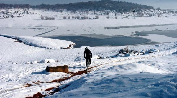 Bolu'da Baraj Göleti Buz Tuttu