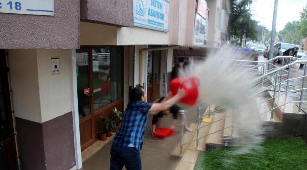 Bolu'da Ev Ve İşyerlerini Su Bastı