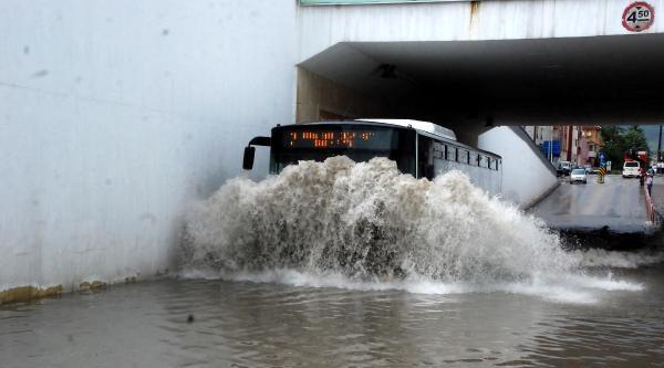 Bolu'da Sağanak Yağmur Etkili Oldu