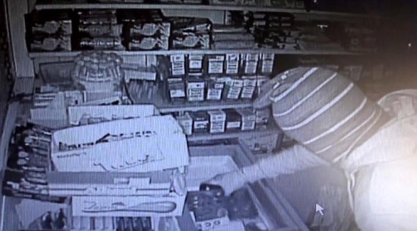 Büfeyi Soyan Hırsızlar Güvenlik Kamerasında