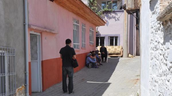 Buldan'da Damat Dehşeti; Ayrı Yaşadığı Eşini Öldürdü, Kayınvalide Ve Kayınbiraderini Yaraladı (2)