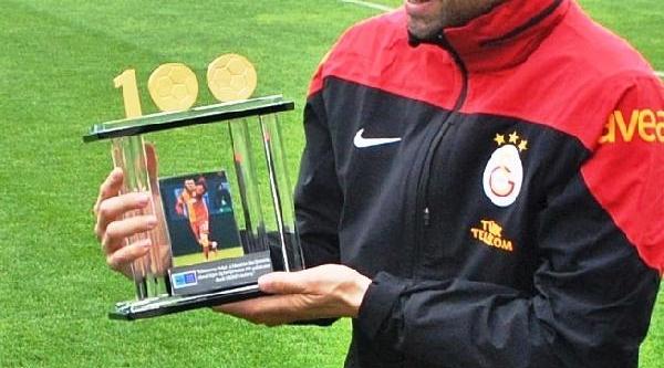 Burak Yilmaz'a 100'ler Kulübü Plaketi