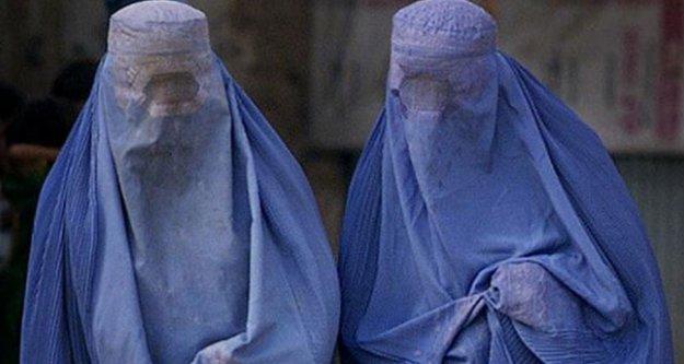 Burkalı kadını kovdular