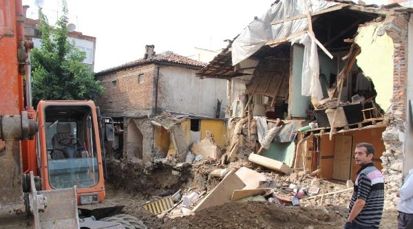 Bursa'da İnşaatin Bitişiğindeki Eski Ev Çöktü, 3 Kişi Ölümüden Döndü