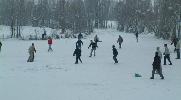 Buz Tutan Derede Çocuklardan Tehlikeli Oyun