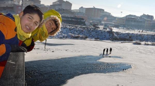 Buz Tutan Kura Nehri Yürüyüş Parkuru Oldu