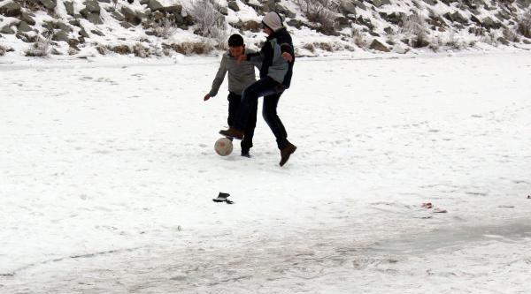 Buz Tutan Nehir Üzerinde Futbol Oynadilar