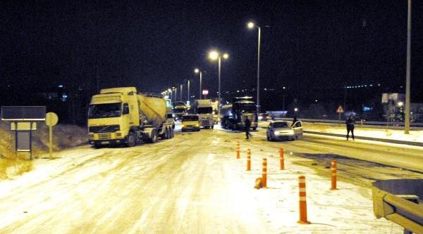 Buzlu Yolda Araçlar Mahsur Kaldi