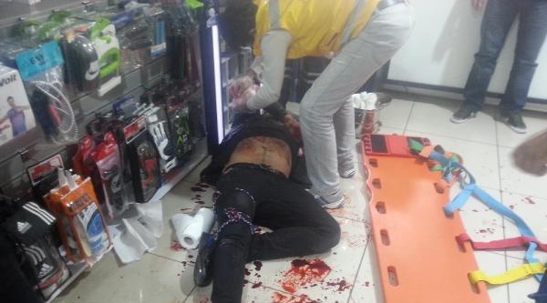 Cadde Ortasında Bıçaklandı, Mağazaya Sığındı