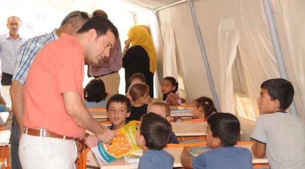 Çadir Okuldaki Suriyeli Öğrencilere Kırtasiye Malzemesi Dağıtıldı