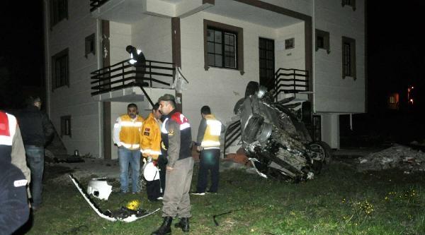Çakil Yığınına Çarpan Otomobil Bahçeye Uçtu: 2 Ölü
