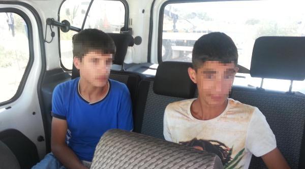 Çalinti Otomobille Kazan Yapan 3 Çocuk Kovalamaca Sonucu Yakalandı