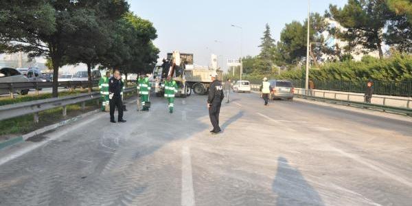 Cam Yüklü Kamyon Devrildi, Bursa'da Trafik Felç Oldu