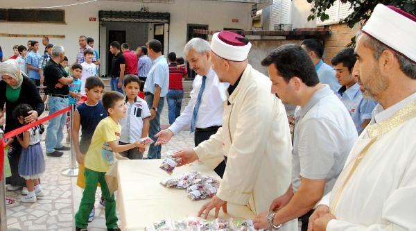 Cami Avlusunda Çocuklara Şeker Sürprizi