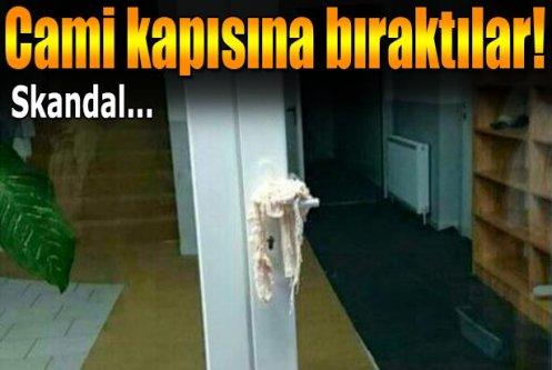 Cami kapısına domuz eti bırakıldı