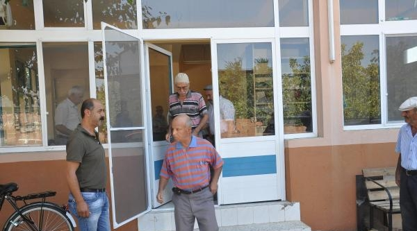 Cami Onarımda, Cemaat Kahvede Namaz Kılıyor