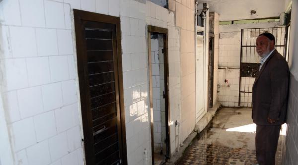 Cami Tuvaletinin Kapısını Çaldi