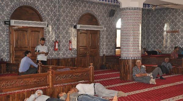 Camide Önce Namaz Kılıyor, Sonra Uyuyorlar