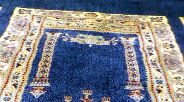 Camideki Halı Desenini Papaza Benzetip Şikayet Etti