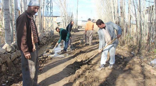 Çamurlu Köy Yolunu Küreklerle Temizlemeye Çalişiyorlar