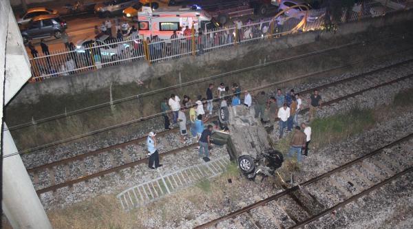 Çarpişan İki Otomobilden Banliyö Hattına Düştü, Diğeri Köprünün Ucunda Durdu