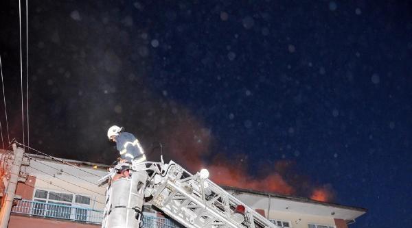 Çati Yangını Mahalleliyi Sokağa Döktü