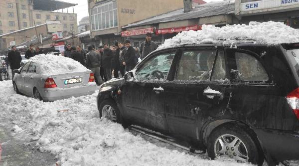 Çatidaki Kar Otomobillerin Üzerine Düştü