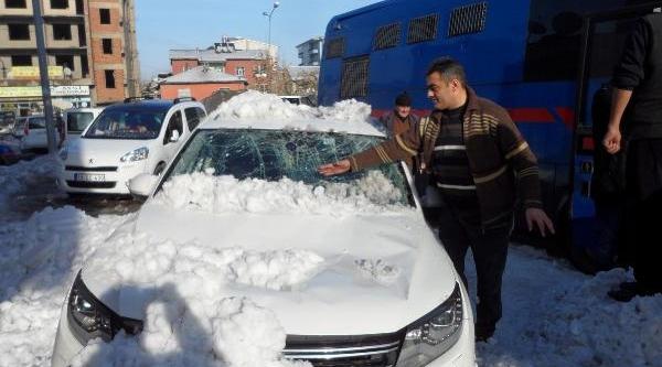 Çatidan Düşen Kar Kütleleri Otomobillere Hasar Verdi