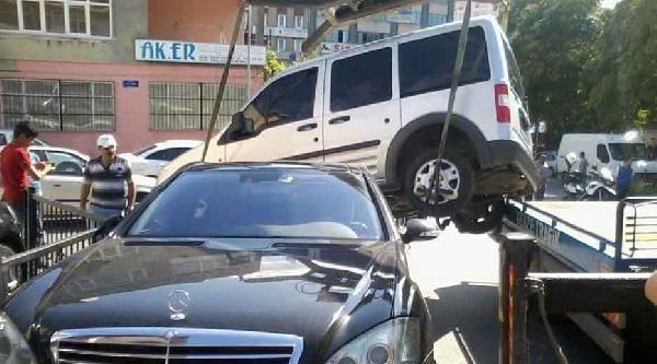 Çekici Vinciyle Kaldırılan Araç, Mercedes Otomobilin Üzerine Düşürüldü