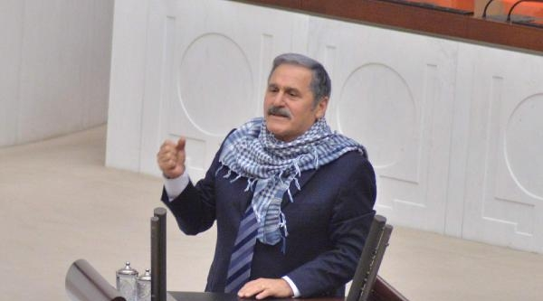 Çelebi Meclis Kürsüsüne Boynuna Poşu Takarak Çikti
