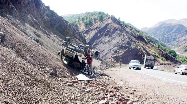 Çelikhan'da Kamyonet Devrildi: 3 Yaralı