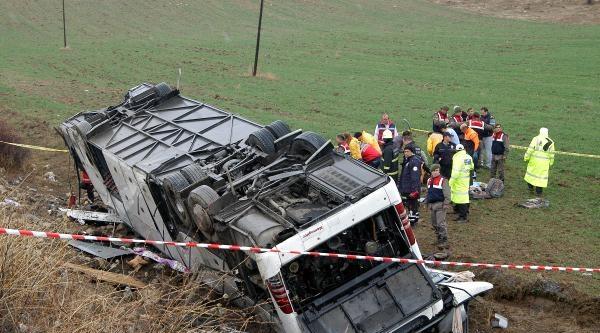 Cenaze Yolunda Kaza: 2 Ölü, 19 Yaralı - Yeniden