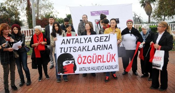 Cezaevinde Üşüyen Gezi Tutuklularina Kirmizi Atki Ördüler
