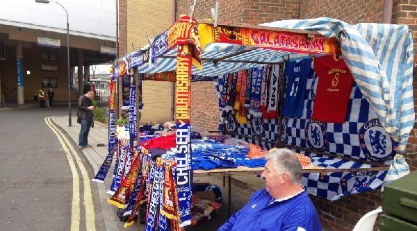 Chelsea-galatasaray Maçı Öncesinde Stamford Brigde Stadı Çevresinden Taraftartar Mazaraları
