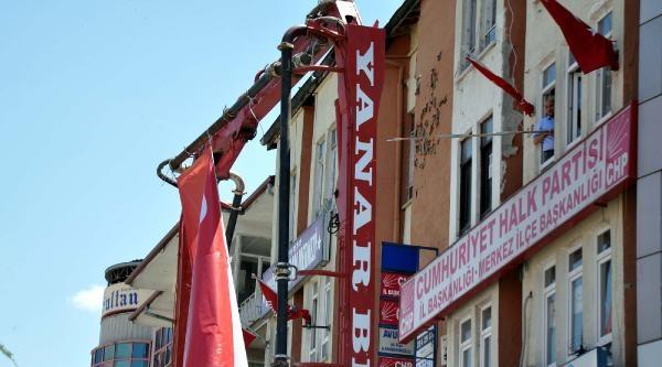 Chp Önündeki Erdoğan Posteri Kaldırıldı, Yerine Türk Bayrağı Asıldı