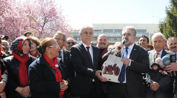 Chp'li Kulkuloğlu'nun, Kayseri Belediyesi Önüne Ayakkabı Kutulu Sucuk Eylemi
