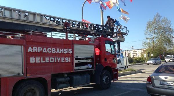 Chp'li Vekil, İtfaiye Ak Parti Bayrağı Asarken Görüntüledi