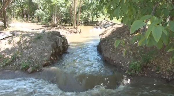 Çiftçi, Ürünlerini Kanalizasyon Suyu İle Sulamaya Başladı