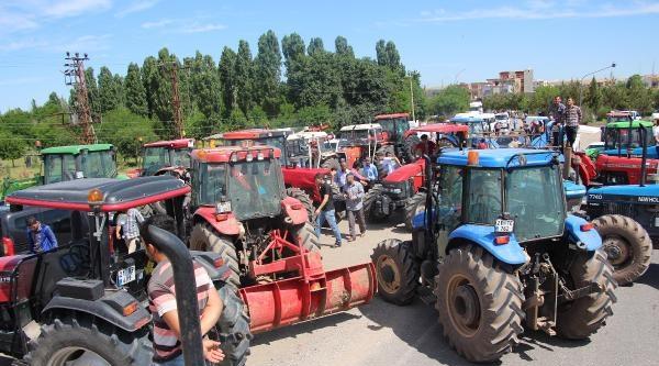 Çiftçiler, Diyarbakır-batman Yolunu Traktörlerle Kapattı
