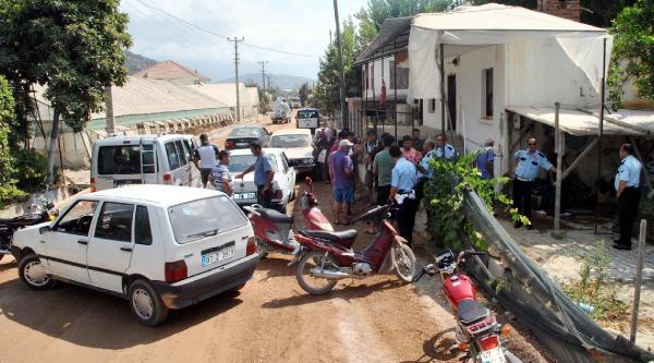 Çiftçiler Seraları İçin Karayolunu Trafiğe Kapattı