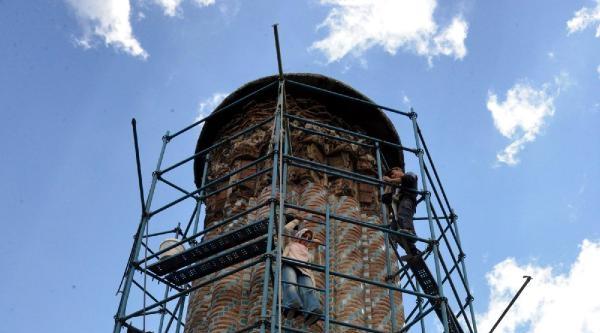 Çifte Minare'nin Çinileri İznik, Tuğlalar Tokat'tan