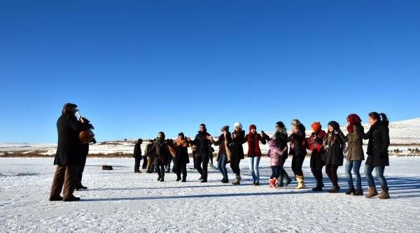 Çildir Gölü'nde Buz Üzerinde Halay
