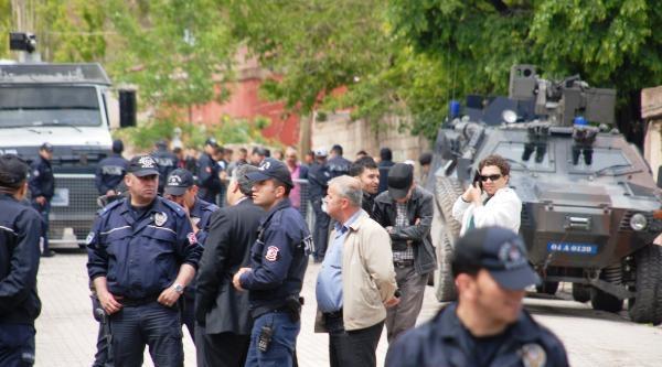 Cinayet Keşfinde Caddeyi Polis Kuşattı